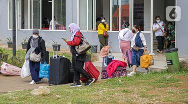 Warga negara Indonesia (WNI) usai menjalani isolasi di RSDC Wisma Atlet Pademangan, Jakarta, Selasa (15/6/2021). Pemerintah mewajibkan WNI yang baru tiba di Indonesia untuk melakukan isolasi selama lima hari guna menghindari penularan COVID-19. (Liputan6.com/Faizal Fanani)