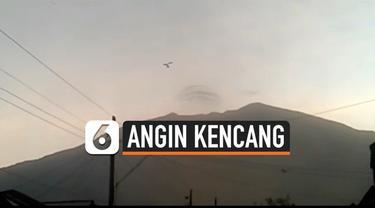 Angin Kencang merusak sejumlah rumah yang ada di Magelang, Jawa Tengah. BPBD dan Pemerintah Kabupaten mengevakuasi warga agar tidak terluka.