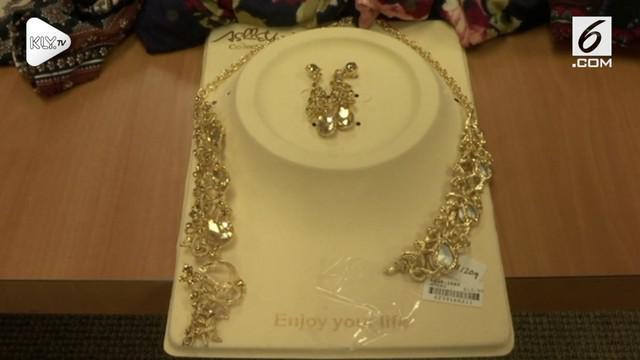 Warga Amerika Serikat digegerkan dengan penemuan penyebab kanker di dalam sebuah perhiasan.
