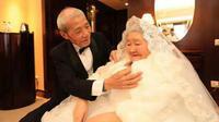 Seorang kakek berusia 84 tahun rela membuat kejutan romantis untuk mengungkapkan rasa cintanya terhadap sang istri.