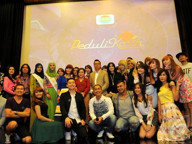 Sejumlah pengisi acara HUT Indosiar seusai konferensi pers di SCTV Tower, Senayan, Jakarta, Senin (5/1/2015). (Liputan6.com/Faisal R Syam)