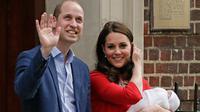 Pangeran William dan Kate Middleton memperkenalkan anak ketiga mereka sebelum meninggalkan Rumah Sakit St Mary's di London, Senin (23/4). Sebuah pemandangan mencuri perhatian terlihat pada kemunculan Kate dan William kali ini. (AP/Kirsty Wigglesworth)