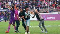 Suporter masuk ke lapangan setelah Persik kalah 0-2 dari Persewar pada Liga 2 di Stadion Brawijaya, Kota Kediri (14/7/2019). (Bola.com/Gatot Susetyo)