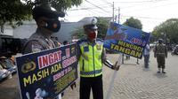 Polisi dan petugas Dishub menyosialisasikan protokol kesehata COVID-19 kepada warga saat Operasi Yustisi di BSD, Tangerang Selatan, Banten, Rabu (16/9/2020). Tangerang Selatan sebagai kota penyangga Ibu Kota ikut melakukan pengetatan PSBB karena peningkatan kasus Covid-19. (merdeka.com/Dwi Narwoko)