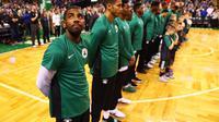 Kyrie Irving berbaris bersama rekan-rekannya di Boston Celtics jelang laga NBA. (AFP/Maddie Meyer)
