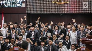 Tim Hukum Jokowi-Ma'ruf Amin foto bersama usai putusan MK di Gedung MK, Jakarta, Kamis (27/6/2019). MK menolak seluruh gugatan hasil Pilpres 2019 yang diajukan Prabowo Subianto-Sandiaga Uno yang disepakati sembilan hakim konstitusi tanpa dissenting opinion. (Liputan6.com/Faizal Fanani)