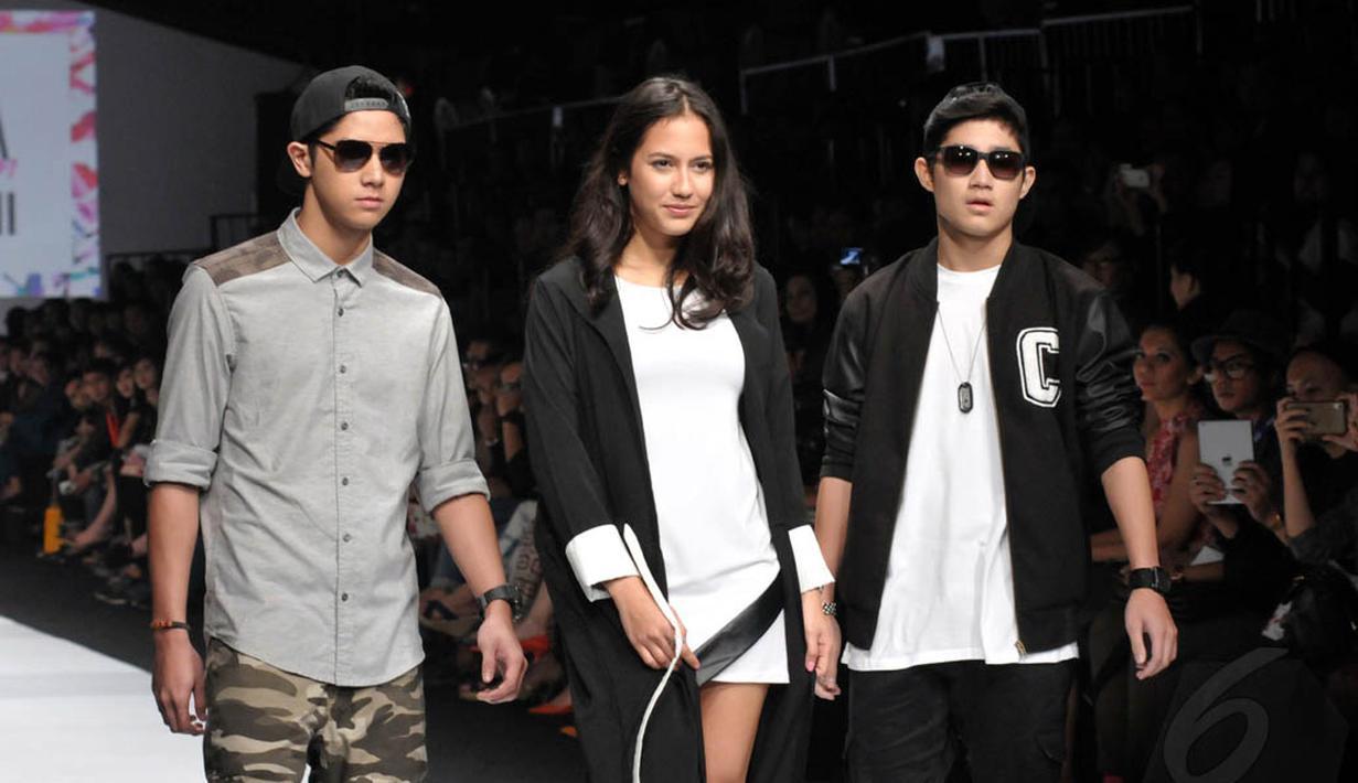 Hari kedua Jakarta Fashion Week 2015 dimeriahkan penampilan para desainer Selebriti, Minggu (2/11/2014). (Liputan6.com/Panji Diksana)