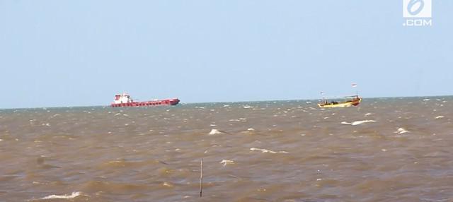 Sebuah kapal nelayan berisi 13 orang tergulung ombak dan terguling di Laut Indramayu. Petugas melakukan proses pencarian untuk mencari korban.
