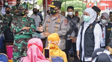 Gubernur Jatim  Khofifah Indar Parawansa meninjau vaksinasi di Sampang. (Dian Kurniawan/Liputan6.com)