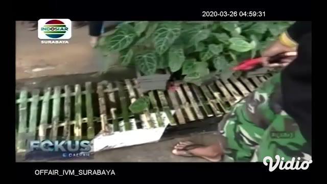 Puluhan warga Desa Bejagung Kidul, Kabupaten Tuban, Jawa Timur berkumpul di sebuah posko corona yang baru didirikan. Posko tersebut didirikan atas inisiatif sebagai bentuk kesadaran untuk melawan virus corona.