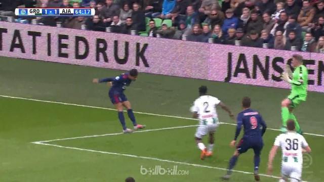 Ajax bangkit dari tertinggal untuk menghantam tuan rumah Groningen dengan skor tipis 2-1, Minggu (1/4). Ajax masih terpaut tujuh a...