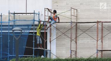 Pekerja memasang dinding di salah satu bangunan di Jakarta, Selasa (15/1). Kementerian Ketenagakerjaan (Kemenaker) mencatat telah terjadi 157.313 kecelakaan kerja sepanjang tahun 2018. (Liputan6.com/Angga Yuniar)