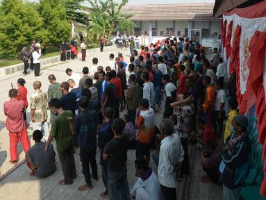 Pasien ODGJ Yayasan Al Fajar Berseri mengikuti upacara bendera dalam rangka memperingati Hari Kemerdekaan Ke-76 RI di Tambun, Bekasi,Jawa Barat  Selasa (17/8/2021). Upacara dan perlombaan tersebut dilakukan untuk memupuk rasa nasionalisme dan kebangsaan. (merdeka.com/Imam Buhori)