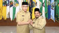 Pelaksana tugas (Plt) Gubernur Aceh Nova Iriansyah (kiri) bersama Plt Bupati Bener Meriah Sarkawi foto bersama usai dilantik di Kantor Kemendagri, Jakarta, Senin (9/7). (Liputan6.com/Herman Zakharia)