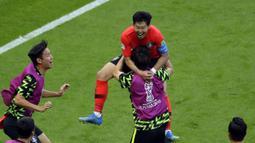 Pemain Korea, Son Heung-min (atas) merayakan golnya ke gawang Jerman ,pada laga grup F Piala Dunia 2018 di Kazan Arena, Kazan, Rusia, (27/6/2018). Korea menang atas Jerman 2-0. (AP/Sergei Grits)