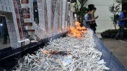 Pembakaran rokok ilegal saat dimusnahkan di Kantor Bea Cukai Marunda, Jakarta, Selasa (2/10). Rokok maupun minuman keras ilegal merupakan hasil penindakan dari tahun 2016-2018. (Merdeka.com/Iqbal Nugroho)