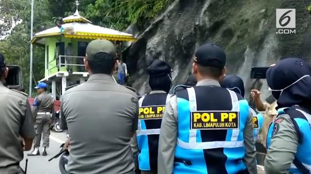 Sejumlah warga menghadang petugas satpol PP kabupaten Lima Puluh Kota yang akan membongkar sebuah bangunan yang biasa digunakan untuk beribadah, di fly over Kelok Sembilan, sekitar 170 kilometer dari kota Padang.