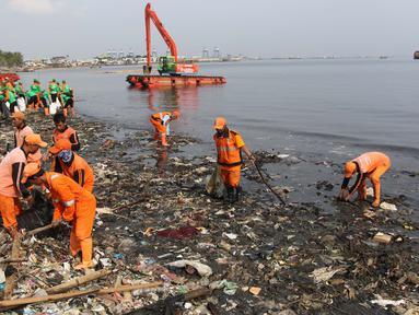 Petugas membersihkan sampah di Pesisir Teluk Jakarta, Cilincing, Jakarta Utara, Minggu (15/4). Kegiatan Gerebek Sampah ini dilakukan dalam rangka memperingati Hari Peduli Sampah Nasional (HPSN) 2018. (Liputan6.com/Arya Manggala)