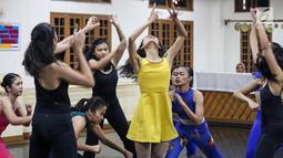 Pebalet sedang latihan jelang pementasan Namarina Youth Dance (NYD) di Studio Namarina, Jakarta, Kamis (25/7/2019). Pementasan NYD bertajuk SoulSphere of Jakarta akan digelar pada tanggal 3 dan 4 Agustus 2019. (Liputan6.com/Fery Pradolo)
