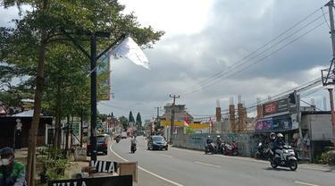 Pelaku usaha di sepanjang Jalan Raya Puncak, Kabupaten Bogor ramai-ramai mengibarkan bendera putih.