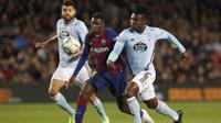Penyerang Barcelona, Ousmane Dembele (tengah) membawa bola dari kawalan dua pemain Celta Vigo, Joseph Aidoo dan Okay Yokuslu  pada pertandingan lanjutan La Liga Spanyol di stadion Camp Nou (9/11/2019). Barcelona menang telak 4-1 atas Vigo. (AP Photo/Joan Monfort)
