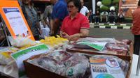 Sejumlah daging kerbau pada acara sosialisasi di Kantor Perum Bulog, Jakarta, Jumat (2/9). Dalam kesempatan ini, Perum Bulog menjual harga ke konsumen seharga Rp 65 ribu per kg dan Rp 60 ribu per kg untuk harga distributor. (Liputan6.com/Angga Yuniar)