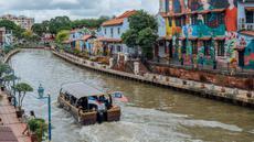 Sejumlah turis menyusuri Sungai Melaka di Melaka, Malaysia, 19 September 2020. Meski tidak lagi menjadi pusat penyaluran barang dagang, Melaka masih menarik minat banyak turis dari seluruh dunia seiring pariwisata menjadi pilar bagi ekonomi lokal. (Xinhua/Zhu Wei)