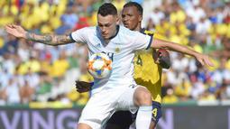 Gelandang Argentina, Lucas Ocampos, mengamankan bola dari bek Ekuador, Darioa Aimar, pada laga persahabatan di Stadion Martinez Valero, Elche, Minggu (13/10). Ekuador kalah 1-6 dari Argentina. (AFP/Jose Jordan)