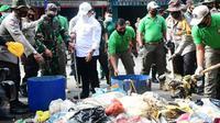 Kepala Polda Riau bersama TNI dan jajaran membersihkan tumpukan sampah di Pekanbaru. (Liputan6.com/M Syukur)