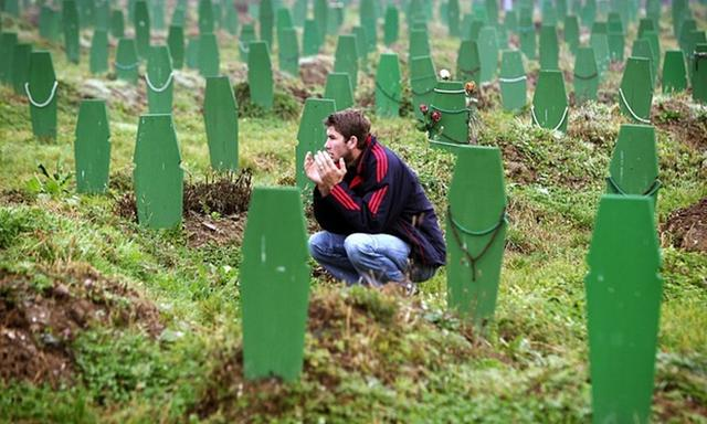 Berdoa di Kuburan Massal Srebrenica. (Guardian)
