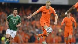 Gelandang Belanda, Donny Van de Beek, mengontrol bola saat melawan Irlandia Utara pada laga Kualifikasi Piala Eropa 2020 di Windsor Park, Belfast, Sabtu (16/11). Kedua negara bermain imbang 0-0. (AFP/Mark Marlow)