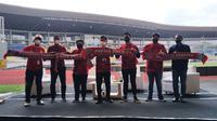 Prosesi pengenalan manajemen baru Persis Solo yang dipimpin oleh Kaesang Pangarep di Stadion Manahan, Sabtu (20/3/2021). (Bola.com/Vincentius Atmaja)