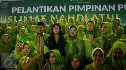 Menko PMK Puan Maharani foto bersama saat acara pelantikan pengurus pimpinan pusat Muslimat Nahdlatul Ulama dan peringatan Harlah Muslimat NU yang Ke 71 di Masjid Istiqlal, Jakarta, Selasa (28/3). (Liputan6.com/Faizal Fanani)