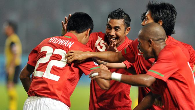 Pemain Timnas Indonesia melakukan selebrasi setelah Muhammad Ridwan mencetak gol ke gawang Malaysia pada Piala AFF 2010. (1/12/2010). (AFP/Adek Berry)