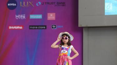 Model cilik berpose di atas catwalk saat mengikuti Kids Modeling Competition dalam Fimela Fest 2018, Jakarta, Minggu (18/11). Hari terakhir Fimela Fest 2018 dimeriahkan penampilan anak-anak mengikuti kompetisi model cilik. (Fimela.com/Nurwahyunan Nur)