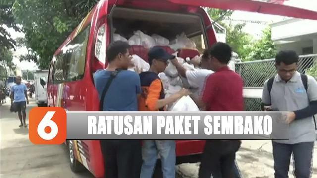 YPP SCTV-Indosiar memberikan ratusan paket sembako untuk korban banjir di Kampung Melayu, Jakarta Timur.