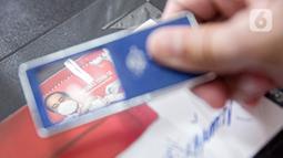 Petugas menunjukkan perangko seri vaksinasi COVID-19 di Kantor Filateli, Jakarta, Jumat (26/2/2021). Menkominfo Johnny G. Plate menjelaskan bahwa perangko tersebut menggambarkan kondisi Indonesia yang sedang memerangi pandemi virus corona melalui program vaksinasi. (Liputan6.com/Faizal Fanani)