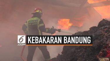 Kebakaran melanda sebuah pabrik benang kain di Bandung Barat. Api dengan cepat membesar dan menyambar gudang di sebelahnya. Petugas Damkar kesulitan memadamkan api karena jauhnya sumber air.