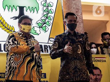 Ketua Umum Partai Golkar Airlangga Hartarto (kiri) bersama Ketua Umum Parta Demokrat Agus Harimurti Yudhoyono (kanan) mengacungkan jempol seusai melakukan pertemuan di DPP Partai Golkar, Jakarta, Kamis (25/6/2020). Kunjungan AHY itu membahas Pilkada serentak 2020. (Liputan6.com/Johan Tallo)
