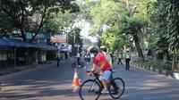 Petugas kepolisian menghalau pesepeda yang melintasi kawasan Sukajadi, Kota Bandung, Minggu (4/7/2021). Kegiatan penghalauan ini dilakukan seiring penerapan pemberlakuan pembatasan kegiatan masyarakat (PPKM) darurat. (Foto: Liputan6.com/Huyogo Simbolon)