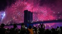 Orang-orang menyaksikan pertunjukkan kembang api di sisi timur Manhattan selama perayaan Hari Kemerdekaan Amerika Serikat atau yang dikenal sebagai Fourth of July di New York, Kamis (4/7/2019). Di Amerika Serikat sendiri, 4 Juli ditetapkan sebagai hari libur nasional. (AP Photo/Jeenah Moon)