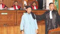 Terdakwa kasus teror bom Thamrin, Aman Abdurrahman bersiap menjalani sidang pembacaan vonis di Pengadilan Negeri Jakarta Selatan, Jumat (22/6). Aman Abdurrahman hadir dengan pengawalan ketat satuan kepolisian bersenjata lengkap (Liputan6.com/Angga Yuniar)