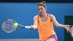 Margarita Gasparyan mengembalikan bola pukulan petenis asal Kazakhstan Yulia Putintseva pada Australia Open 2016 di Melbourne (20/1/2016). Karier profesional Gasparyan baru dimulai pada tahun 2015. (AFP PHOTO/WILLIAM WEST)