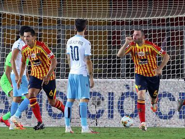 Pemain Lecce, Fabio Lucioni, melakukan selebrasi usai mencetak gol ke gawang Lazio pada laga Serie A di Stadion del Mare, Selasa (7/7/2020). Lecce menang 2-1 atas Lazio. (Donato Fasano/LaPresse via AP)