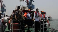Pantauan Liputan6.com, Jokowi didampingi Dirut PT Pelindo II RJ Lino memantau pembangunan tersebut, Jakarta, Selasa (23/9/2014) (Liputan6.com/Herman zakharia)