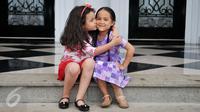Keakraban Elif dan Tasya saat sela-sela syuting Elif Indonesia, Sentul, Bogor, (6/2). Sinetron andalan SCTV yang telah tayang sejak 1 Februari 2016 itu membuat penggemar jatuh hati dengan kelucuan tingkah pemeran ciliknya. (Liputan6.com/Gempur M Surya)