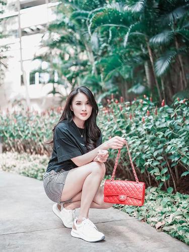 Tak Selalu Mewah, Ini 6 Fashion Item Sandra Dewi di Bawah Rp 500 Ribu