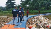 Sampah medis memenuhi Sungai Cisadane, Kota Tangerang. (Liputan6.com/Pramita Tristiawati)