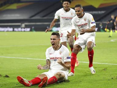 Pemain Sevilla, Lucas Ocampos, melakukan selebrasi usai mencetak gol ke gawang Wolverhampton Wanderers pada perempat final Liga Europa, Selasa (11/8/2020). Sevilla menang dengan skor 1-0. (Friedemann Vogel, Pool Photo via AP)