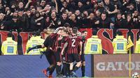 Suporter dan pemain AC Milan merayakan gol Leonardo Bonucci ke gawang Juventus pada laga Serie A di Allianz Stadium, Turin, (31/3/2018). Juventus menang 3-1. (Alessandro Di Marco/ANSA via AP)